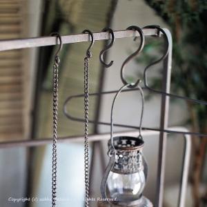 シンプルでスタイリッシュな空間作りに役立つ、アイアン製のS字フック(長さ:10cm)です。 四角い鉄...