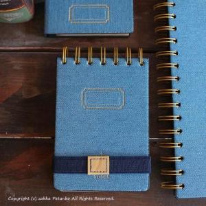本物のウォッシュデニム布地を使用したリングメモ帳(B7サイズ)です。 デニム生地は、表紙の台紙に張り...
