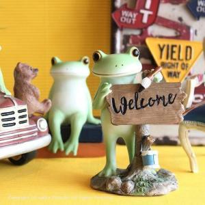 Welcomeの看板を作っているプチ巨大の大きいカエル置物です。 お店をオープンさせる予定のカエル君...