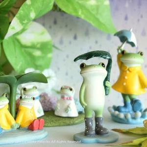 雨の日がよく似合う、リアルでかわいい表情をしている、かえるのインテリアオブジェです。 雨靴を履いて、...