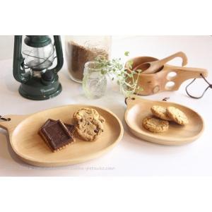 白樺の木で作られた、取り皿として使いやすい大きさの白樺プレートです。 ナッツやチーズ等の皿として使用...