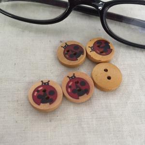 木製釦1.5cm 5ヶ入り  ボタン ぼたん 天道虫 テントウムシ てんとう虫  アクセサリーチャーム ハンドメイド パーツ|zakkayakaeru