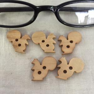 木製釦 5ヶ入り  ボタン ぼたん りす リス ナチュラルカラー  アクセサリーチャーム ハンドメイド パーツ|zakkayakaeru