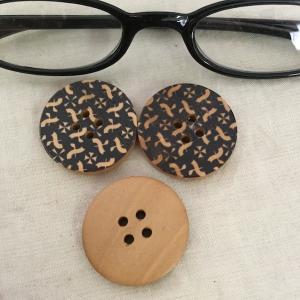 木製釦2.8cm 3ヶ入り  ボタン ぼたん 和風 和柄  アクセサリーチャーム ハンドメイド パーツ|zakkayakaeru