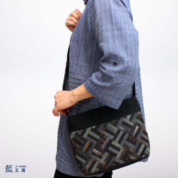 細かいパッチワークが個性的な手織りのポシェット