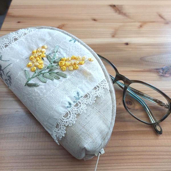 あすつく 眼鏡ケース ミモザ 黄色のお花とレースが愛らしい プレゼントにお勧め 誕生日 デスクの上のおしゃれな主役