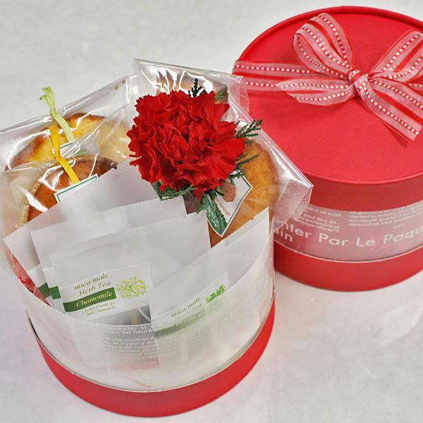 母の日ギフト〜レッドカーネーション・ラウンドボックス(フルーツの焼き菓子,プリザーブドフラワー,ハーブティ詰め合わせ)【花とスイーツギフト】