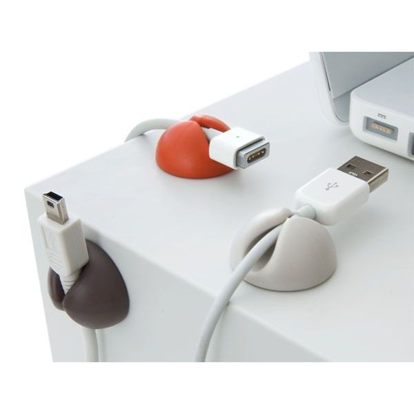 まとめたい場所に張り付けるだけでケーブルの行方不明を防いでくれるホルダー。ペンやイヤフォンを挟むこともできます。 「ブルーラウンジ ケーブルドロップ 6個セット」