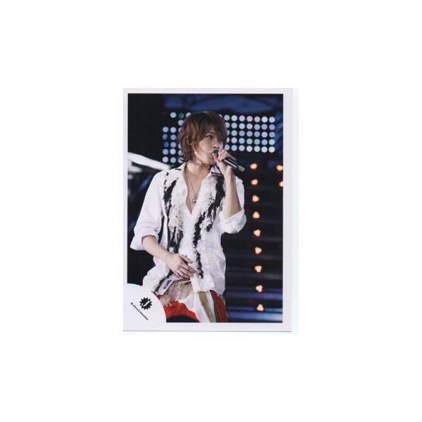 上田竜也(KAT-TUN) 公式生写真/衣装白×黒×赤・マイク持ち・Jロゴ・目線若干右|arraysbook