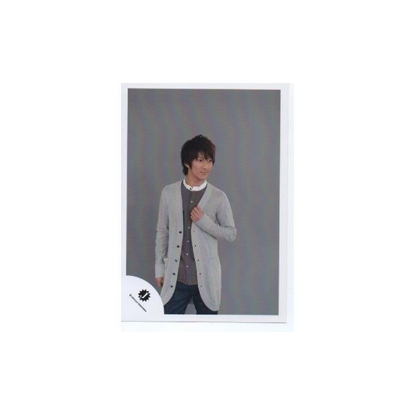 濱田崇裕(ジャニーズWEST) 公式生写真/Jロゴ・衣装グレー×黒×茶色×白・目線若干右方向・背景グレー|arraysbook