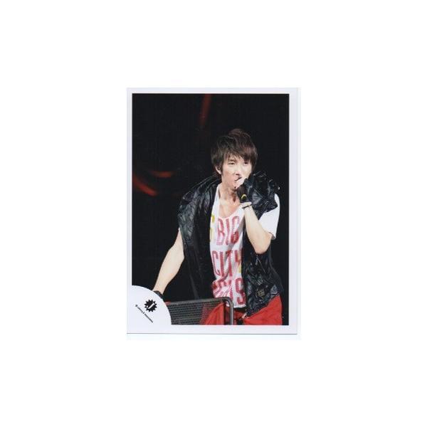 濱田崇裕(ジャニーズWEST) 公式生写真/Jロゴ・衣装赤×白×黒×黄・マイク持ち arraysbook