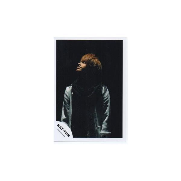 上田竜也(KAT-TUN) 公式生写真/衣装グレー×黒・背景黒・目線左方向 arraysbook
