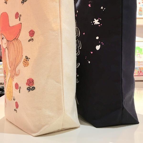 【水森亜土】トートバッグ「ブランコ」<ネイビー> 帆布 綿 大人かわいい 大人カジュアル イラスト プリント|artsalonwasabi|05