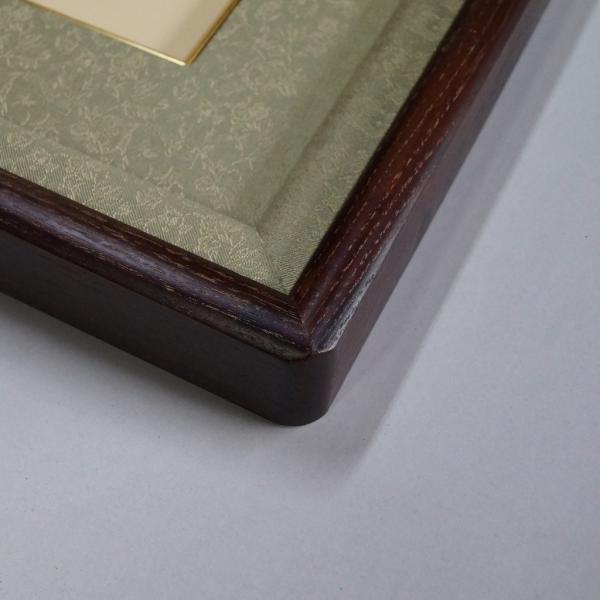 女桑皇居受章記念写真額半切サイズ 木目を生かし、品のある優しさ、いつまでも飽きないように仕上げた額縁です。|awajigaku|02