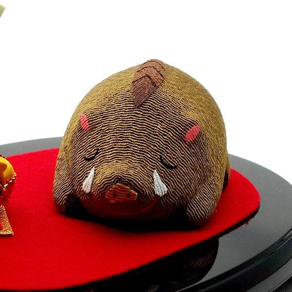 お正月飾り 亥(いのしし) の置物 ちりめん 台・金俵付き 「果報は寝て待て」  リュウコドウ  日本製(京都) かわいい亥年のお正月飾り|clipboad|07