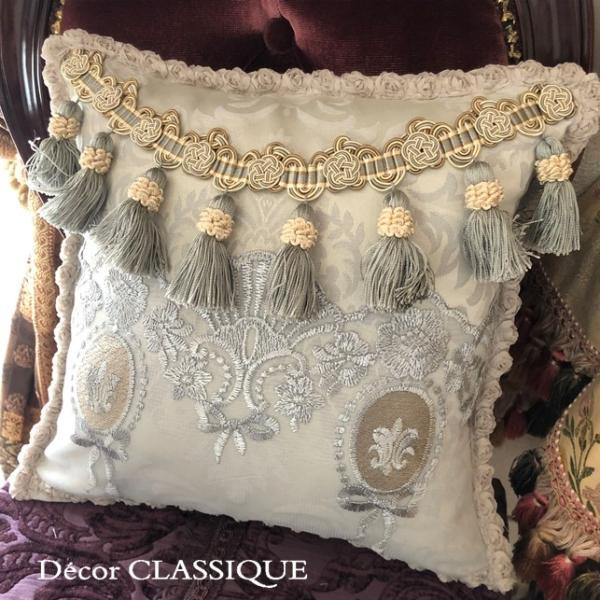 プチタッセル付きクッション 淑女の扇とフルールドリスボゥ グレー系 Decor CLASSIQUE decor-classique