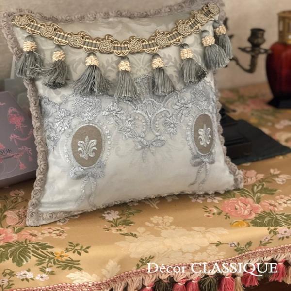 プチタッセル付きクッション 淑女の扇とフルールドリスボゥ グレー系 Decor CLASSIQUE decor-classique 02