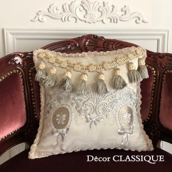 プチタッセル付きクッション 淑女の扇とフルールドリスボゥ グレー系 Decor CLASSIQUE decor-classique 03