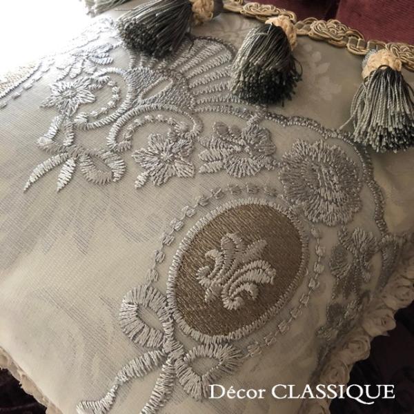 プチタッセル付きクッション 淑女の扇とフルールドリスボゥ グレー系 Decor CLASSIQUE decor-classique 05