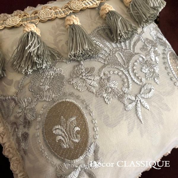 プチタッセル付きクッション 淑女の扇とフルールドリスボゥ グレー系 Decor CLASSIQUE decor-classique 08