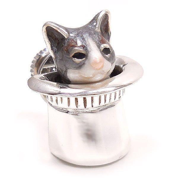 サツルノ:帽子に入った猫のピンバッジ