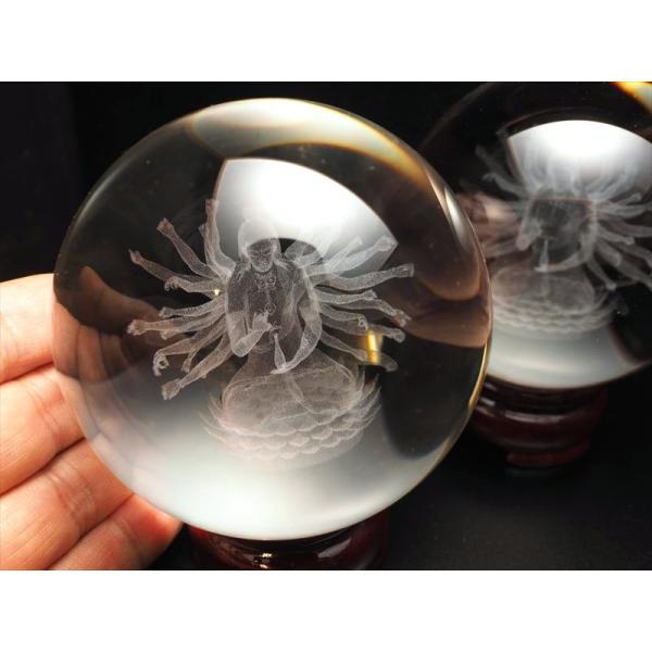 クリスタルガラス製 人工水晶 レーザー彫刻の千手観音像 丸玉置物 直径約80mm 木製台座付き