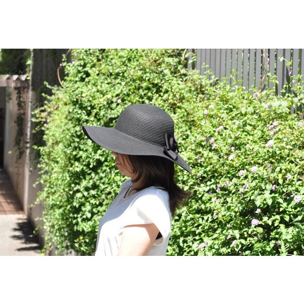 つば広で小顔効果! 女優ママ帽 UVリボン帽子 紺/黒