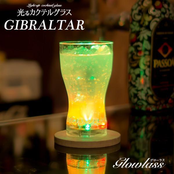 光るカクテルグラス