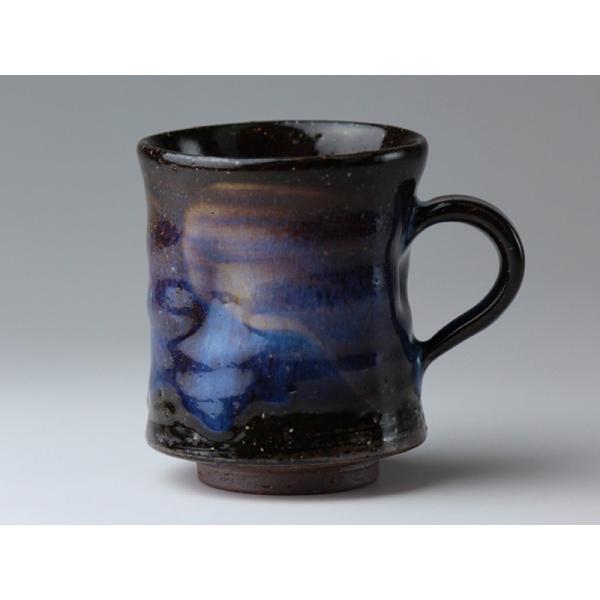 朝のティータイム、お気に入りのマグカップでやわらかなひとときを