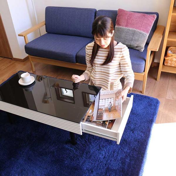 白黒のモノトーンとサイドの波型のラインが美しいガラステーブル。ガラス天板の下には引き出しが左右についていますので、リモコンやメガネなど、細かなものをすっきり収納することができます。