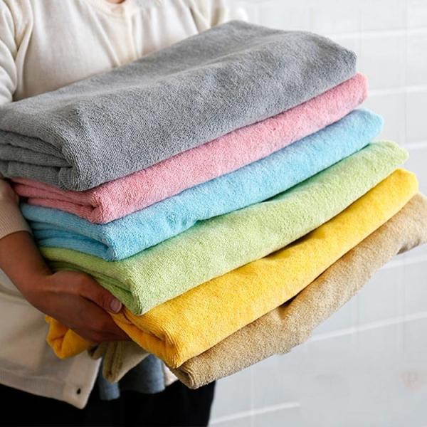 マイクロファイバー製タオルケット「fee(フェイ)」の画像。マイクロファイバータオルは、吸水スピードが綿の5倍、吸水量が綿の3倍。こすらず当てるだけで、あっという間に水分や汗を吸収できるのが特徴です。夏場から冬までオールシーズンご使用いただけます。
