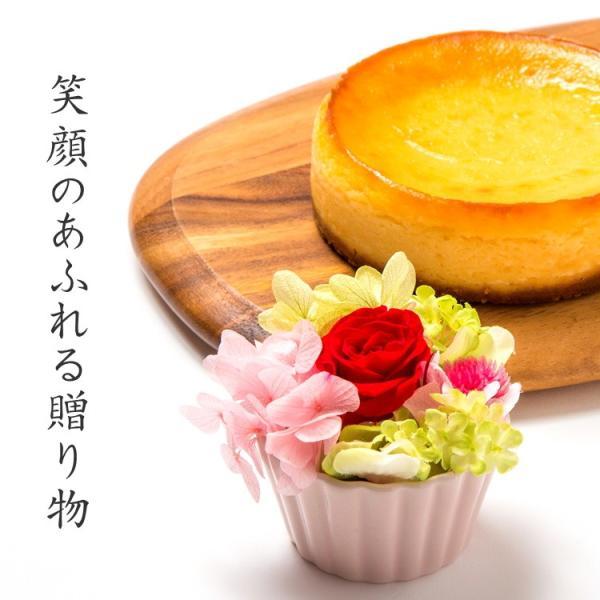 花 スイーツ 夏ギフト お中元 誕生日 お祝い プレゼント 記念日 フラワーギフト 豊潤 チーズケーキ 4号 と プリザードフラワー アレンジメント バースデーケーキ|kanoka-cake|02