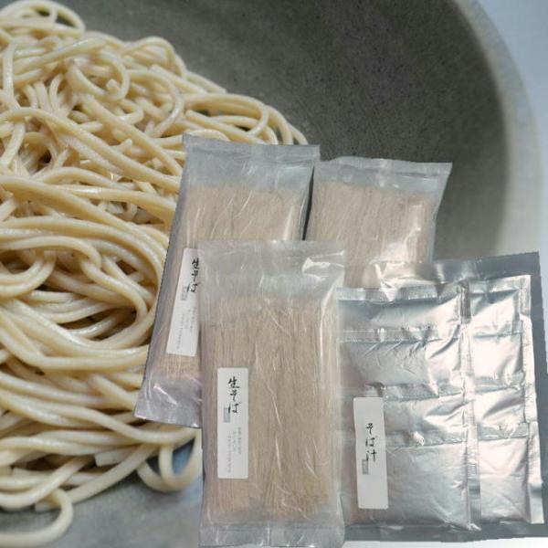 半生そば3本セット そば(110g×2)×3そば汁(80cc×4)×2 地粉戸隠産そば粉、国内産小麦粉、瑞々しい味わいは生ならでは。常温で保存できます。