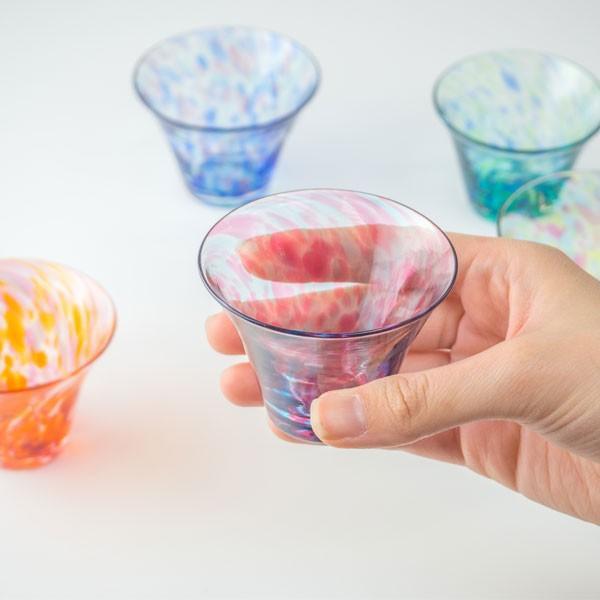 花のぐいのみ ブルーグリーン キッチン 食卓 グラス ぐいのみ 酒器 記念品 お祝い プレゼント ガラス 黒壁|kurokabe|02