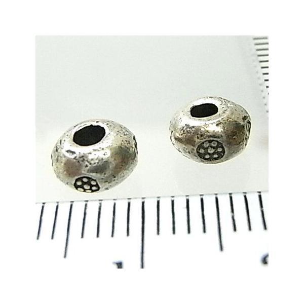 シルバーバーツ 2-019 1個で1セット 直径6.4mmタイプで横に小さいお花のような模様が描かれた丸型のビーズ