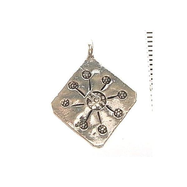 シルバーバーツ 2-090 1個売り 直径16.3mmタイプでひし形のパーツの中に太陽やお花のような放射線状の模様が描かれたビーズ