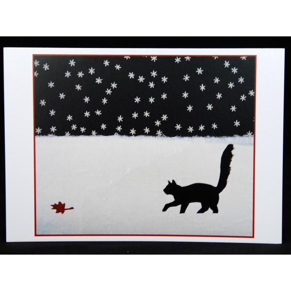 猫のクリスマスカード 葉っぱと遊ぶ黒猫