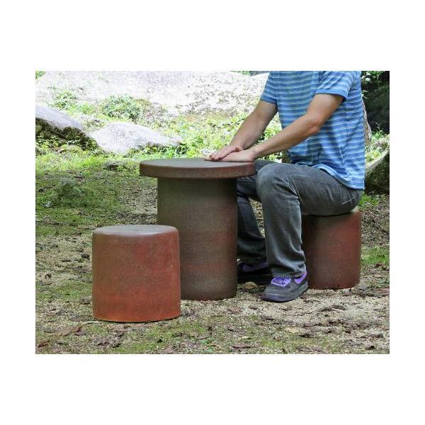 [ポイント10倍]信楽焼 ガーデンテーブル 3点 セット コゲ 緋色 スカーレット 15号 [テーブル×1 椅子×2] 陶器 雨ざらしOK スツール付 おしゃれ(MA131-07G)