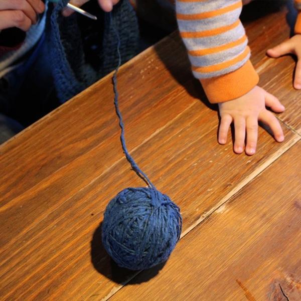 【Ainomi】本建正藍染職人がオーガニックコットンを藍で染め、手芸職人が手編み施した子供用ニット帽子|niimo|10