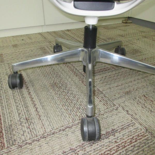 オカムラ モードチェア ミドルバック 5本脚タイプ 樹脂フレーム ホワイトボディ デザインアーム(樹脂) 背・座ミックス ライトグレー|office-kagu-tops|06