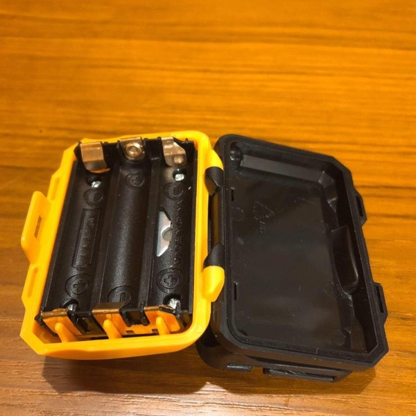 (Muu3) 小型 軽量 LED ヘッドライト 発光 4パターン 釣り 防水 登山 ランニング 単4 乾電池 (ブラック)