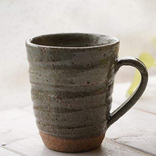 和食器 松助窯  職人の手でそーっと!くぼませたマグカップ カフェ 土灰釉 オフィス コーヒー おしゃれ 紅茶 器 皿 美濃焼 陶器 食器 手づくり