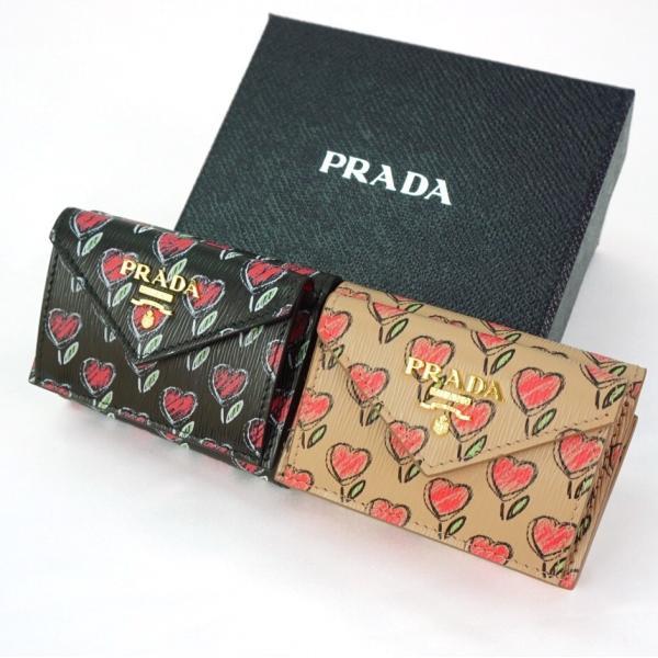 uk availability fe5d9 5a208 プラダ PRADA 折りたたみ 財布 レター型花柄ミニ財布VIT.MOVE LOVE 三つ折りコンパクト 黒 ブラック NERO ベージュ  CIPRIA 1MH021