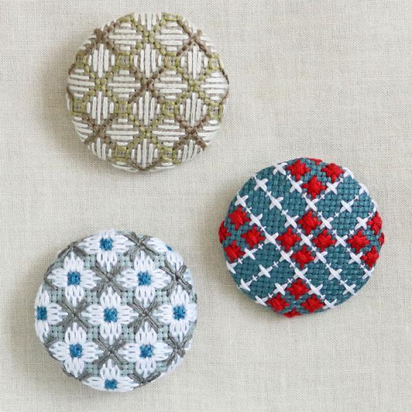 戸塚刺しゅう 地刺しキット 白糸をつかったくるみボタン | 刺繍 白糸 くるみボタン 地刺しの連続模様2 カウントステッチ おしゃれ かわいい