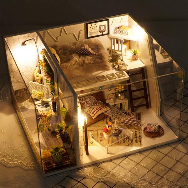 女の子の誕生日Aのための家具LEDライトルーム付きのロマンチックな木製ドールハウス