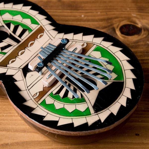 カリンバ 親指ピアノ サムピアノ 民族楽器 バリ ココナッツカリンバ ラメラフォーン 7弦ココナッツカリンバ (カラフル・ギター型) インド楽器 エスニック楽器|tirakita-shop|02