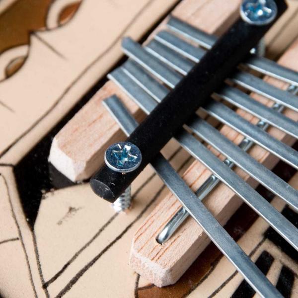 カリンバ 親指ピアノ サムピアノ 民族楽器 バリ ココナッツカリンバ ラメラフォーン 7弦ココナッツカリンバ (カラフル・ギター型) インド楽器 エスニック楽器|tirakita-shop|03