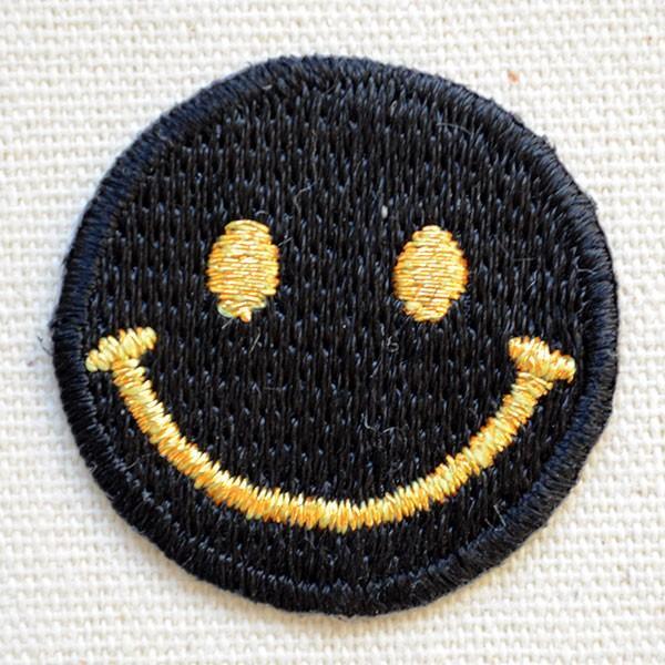 ミニワッペン スマイルマーク/スマイリーフェイス(ブラック/ゴールド) アイロン アップリケ パッチ CHW-S035