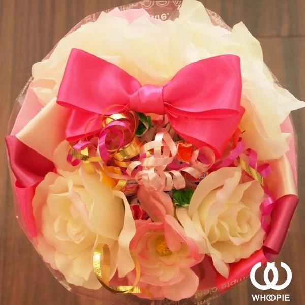 選べる7色!サテンリボンたっぷりのお菓子の花束 贅沢でカラフルなデザイナーズキャンディブーケ・ラウンド型・ピンク