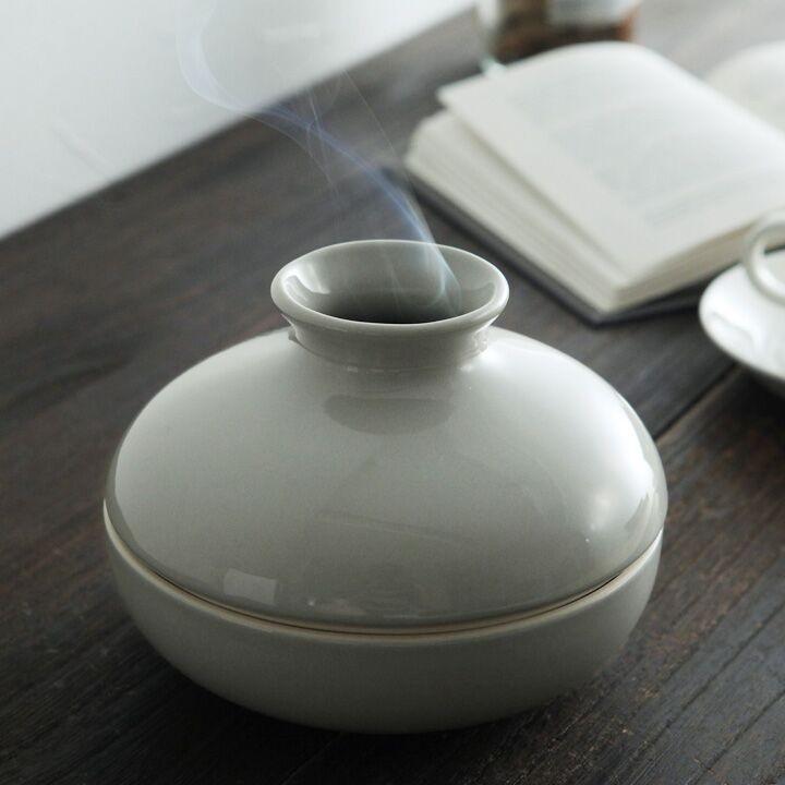 壺から煙。夏におなじみのアレを入れるんです。